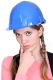 Σκεπτικός θηλυκός εργάτης οικοδομών. Στοκ Εικόνες