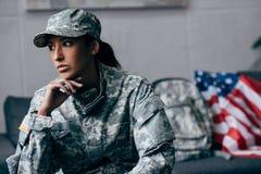 Σκεπτικός θηλυκός στρατιώτης αφροαμερικάνων Στοκ εικόνα με δικαίωμα ελεύθερης χρήσης