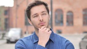 Σκεπτικός νεαρός άνδρας που σκέφτεται, νέο πρόγραμμα 'brainstorming' απόθεμα βίντεο