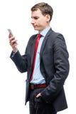 Σκεπτικός προϊστάμενος με το τηλέφωνο διαθέσιμο στο λευκό Στοκ Εικόνες