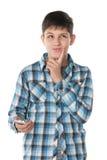 Σκεπτικό αγόρι με ένα τηλέφωνο κυττάρων στοκ φωτογραφίες