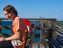 Σκεπτικό αγόρι στην ακτή στοκ εικόνα με δικαίωμα ελεύθερης χρήσης