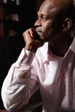 Σκεπτικό αφρικανικό άτομο sideview Στοκ φωτογραφία με δικαίωμα ελεύθερης χρήσης