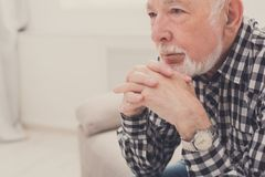 Σκεπτικό ηλικιωμένο πορτρέτο ατόμων, διάστημα αντιγράφων Στοκ Φωτογραφίες