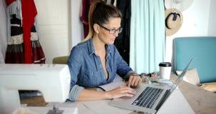 Σκεπτικό θηλυκό με την εργασία lap-top φιλμ μικρού μήκους