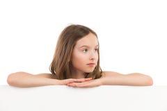 Σκεπτικό κορίτσι πίσω από την αφίσσα Στοκ Εικόνες