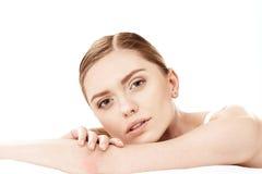 Σκεπτικό νέο να βρεθεί γυναικών που απομονώνεται στο λευκό, έννοια φροντίδας δέρματος Στοκ φωτογραφίες με δικαίωμα ελεύθερης χρήσης