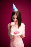 Σκεπτικό νέο doughnut εκμετάλλευσης γυναικών με το κερί Στοκ Φωτογραφία