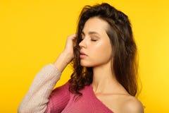 Σκεπτικό στοχαστικό όμορφο wistful ονειροπόλο κορίτσι στοκ εικόνες με δικαίωμα ελεύθερης χρήσης