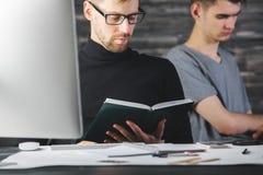 Σκεπτόμενα άτομα που κάνουν τη γραφική εργασία Στοκ φωτογραφίες με δικαίωμα ελεύθερης χρήσης