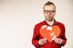 Σκεπτόμενη ενήλικη σπασμένη εκμετάλλευση καρδιά ατόμων στοκ φωτογραφία με δικαίωμα ελεύθερης χρήσης