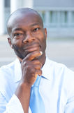 Σκεπτόμενος επιχειρηματίας από την Αφρική που εξετάζει τη κάμερα Στοκ φωτογραφία με δικαίωμα ελεύθερης χρήσης