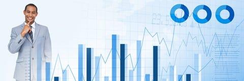 Σκεπτόμενος επιχειρηματίας με τη μετάβαση στατιστικών και γραφικής παράστασης διαγραμμάτων Στοκ Εικόνα