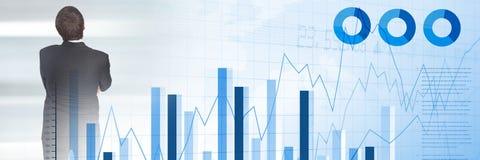 Σκεπτόμενος επιχειρηματίας με τη μετάβαση στατιστικών και διαγραμμάτων Στοκ εικόνα με δικαίωμα ελεύθερης χρήσης