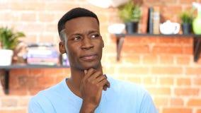 Σκεπτόμενος, σκεπτικός μαύρος νεαρός άνδρας Στοκ φωτογραφία με δικαίωμα ελεύθερης χρήσης