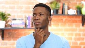 Σκεπτόμενος, σκεπτικός μαύρος νεαρός άνδρας Στοκ εικόνες με δικαίωμα ελεύθερης χρήσης