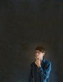 Σκεπτόμενος επιχειρηματίας στο σκοτεινό υπόβαθρο πινάκων Στοκ φωτογραφίες με δικαίωμα ελεύθερης χρήσης