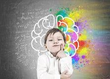 Σκεπτόμενο μικρό παιδί, δάχτυλο στο μάγουλο, εγκέφαλος στοκ φωτογραφία