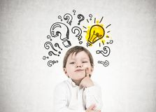 Σκεπτόμενο μικρό παιδί, ερωτηματικά, ιδέα Στοκ Εικόνες