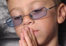 σκεπτόμενο μικρό παιδί στοκ εικόνες
