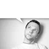 Σκεπτόμενο νέο καυκάσιο άτομο με το άσπρο μπαλόνι Στοκ Φωτογραφία