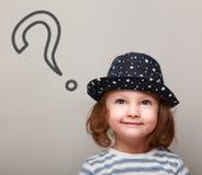 Σκεπτόμενο χαριτωμένο παιδί με το μεγάλο σημάδι ερώτησης ανωτέρω Στοκ φωτογραφία με δικαίωμα ελεύθερης χρήσης
