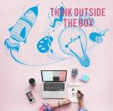 Σκεφτείτε έξω από την έννοια φαντασίας δημιουργικότητας ιδεών κιβωτίων στοκ εικόνες