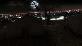 Σκηνές και δέντρο με την άποψη πόλεων τη νύχτα με το φεγγάρι διανυσματική απεικόνιση