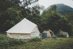 σκηνές κουδουνιών καμβά υπαίθρια σε δασικό Glamping στο δασικό στρατόπεδο τουριστών με τα μέρη των σκηνών στα ξύλα στοκ φωτογραφίες