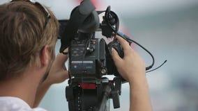 Σκηνές μαγνητοσκόπησης καμεραμάν στη βροχή απόθεμα βίντεο