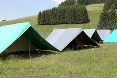 Σκηνές μιας θέσης για κατασκήνωση των ανιχνεύσεων αγοριών στα βουνά το καλοκαίρι στοκ εικόνες