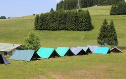 Σκηνές μιας θέσης για κατασκήνωση των ανιχνεύσεων αγοριών στα βουνά στοκ εικόνες