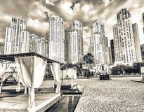 Σκηνές παραλιών και ορίζοντας μαρινών του Ντουμπάι στο σούρουπο Στοκ Εικόνες