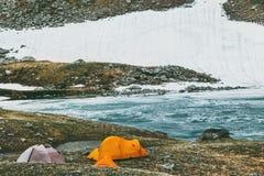 Σκηνές στρατοπέδευσης στην έννοια τρόπου ζωής ταξιδιού βουνών Στοκ Εικόνα