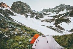 Σκηνές στρατοπέδευσης στο δύσκολο τοπίο βουνών Στοκ Φωτογραφίες