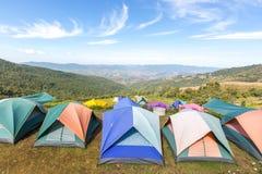 Σκηνές τουριστών στο στρατόπεδο μεταξύ του λιβαδιού στο βουνό Στοκ φωτογραφία με δικαίωμα ελεύθερης χρήσης