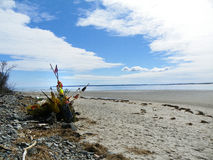 Σκηνή ακτών που παρουσιάζει σωρό των πλυμένων επάνω απορριμμένων παγίδων, των σημαντήρων και των διχτυών αστακών Στοκ εικόνα με δικαίωμα ελεύθερης χρήσης