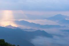 Σκηνή ανατολής με την αιχμή του βουνού και cloudscape Στοκ φωτογραφία με δικαίωμα ελεύθερης χρήσης