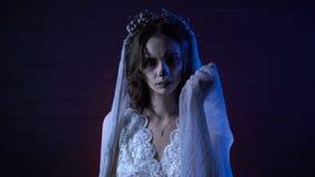 Σκηνή αποκριών φρίκης μιας νύφης πτωμάτων με το λυπημένο πρόσωπο και το ραμμένο στόμα που εξετάζει τη κάμερα το σκοτεινό υπόβαθρο απόθεμα βίντεο