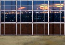 Σκηνή από την άποψη παραθύρων του βαριού κτήματος βιομηχανίας με το όμορφο δ Στοκ Εικόνες