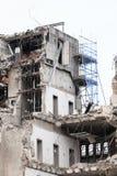 σκηνή αστική Αποσυναρμολόγηση ενός σπιτιού Κατεδάφιση οικοδόμησης και συντριβή από τα μηχανήματα για τη νέα κατασκευή στοκ εικόνες