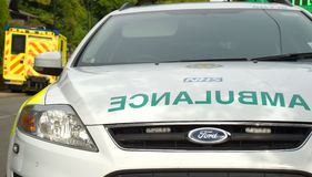 Σκηνή ατυχήματος με το ασθενοφόρο και το πρώτο όχημα αποκριτών Στοκ Φωτογραφία