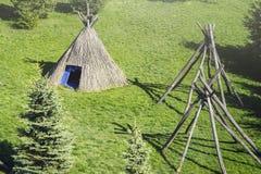 Σκηνή αχύρου σε ένα ξέφωτο μια ηλιόλουστη ημέρα άνοιξη Καλύβες τύπων σκηνών thatch στοκ εικόνες με δικαίωμα ελεύθερης χρήσης