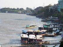 Σκηνή βαρκών και επιχειρήσεων τουριστών Riverscape πέρα από MEKONG τον ποταμό, στο ΧΡΥΣΟ ΤΡΙΓΩΝΟ Στοκ φωτογραφία με δικαίωμα ελεύθερης χρήσης