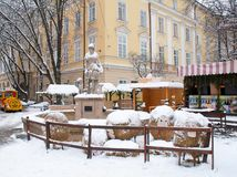 Σκηνή διακοσμήσεων Χριστουγέννων στο χιονώδες τετράγωνο αγοράς Στοκ φωτογραφία με δικαίωμα ελεύθερης χρήσης