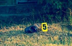 Σκηνή εγκλήματος, κίτρινα στοιχεία δεικτών, ένα παπούτσι στοκ φωτογραφίες