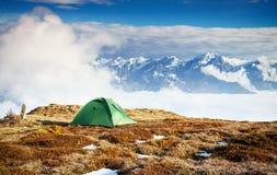 Σκηνή ενάντια στο σκηνικό των χιονοσκεπών αιχμών βουνών Η άποψη από τα βουνά για να τοποθετήσει Ushba Mheyer, Γεωργία Στοκ φωτογραφία με δικαίωμα ελεύθερης χρήσης