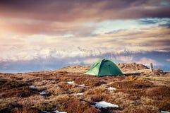 Σκηνή ενάντια στο σκηνικό των χιονοσκεπών αιχμών βουνών Η άποψη από τα βουνά για να τοποθετήσει Ushba Mheyer, Γεωργία Στοκ Φωτογραφία
