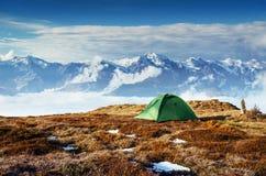 Σκηνή ενάντια στο σκηνικό των χιονοσκεπών αιχμών βουνών Η άποψη από τα βουνά για να τοποθετήσει Ushba Mheyer, Γεωργία Στοκ Φωτογραφίες