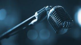 Σκηνή λεσχών νύχτας - μετάλλων μικρόφωνο - μπλε που τονίζεται φωνητικό Στοκ Εικόνες